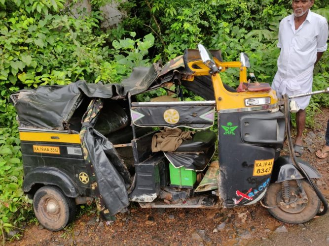 Autorickshaw that was involved in head-on collision with private bus at Mudipu, Mangaluru, on Saturday. DH PHOTO