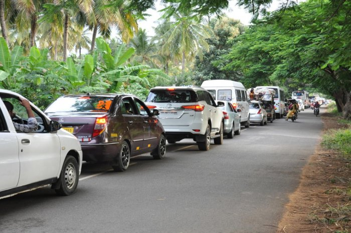 HUGE PILE-UP: A large number of vehicles queue up at Bharachukki in Kollegal taluk, Chamarajnagar on Sunday.