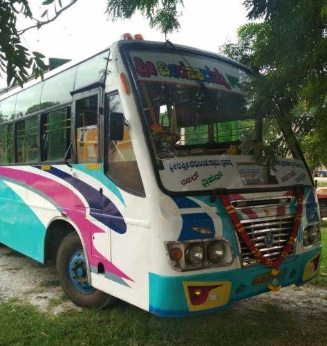 The private bus that hit Sogadu Shivanna's car at Swatantra Chowk in Tumakuru on Thursday. (DH Photo)