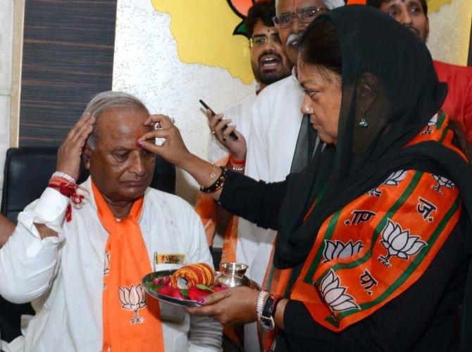 Rajasthan BJP chief Madan Lal Saini with Rajasthan chief minister Vasundhara Raje. DH photo.