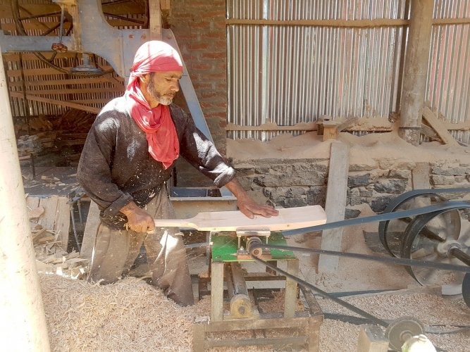 Cricket-bat making in Sangam, Kashmir. Photo by author