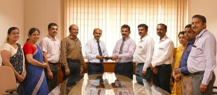 SMVITM Principal Prof Thirumaleshwara Bhat and CloudE Founder and Managing Director Mahesha Padyana exchange the MoU towads practical integrated training for the students.