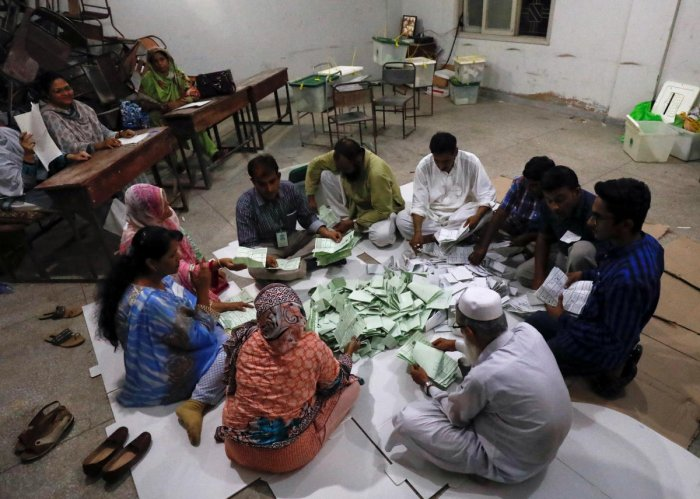 Election officials count votes after polling stations closed during the general election in Karachi, Pakistan, July 25, 2018. (REUTERS/Akhtar Soomro)