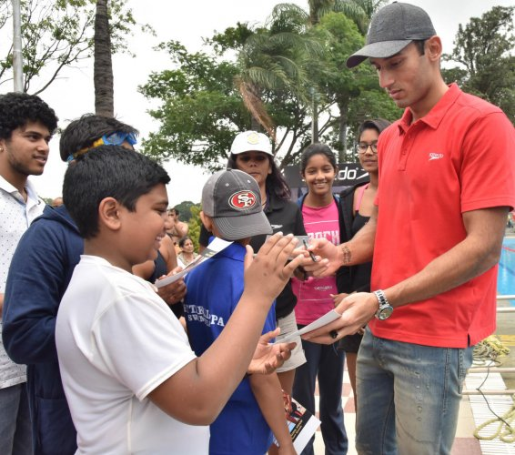 Virdhawal Khade obliges his young fans in Bengaluru. DH photo/ B K Janardhan