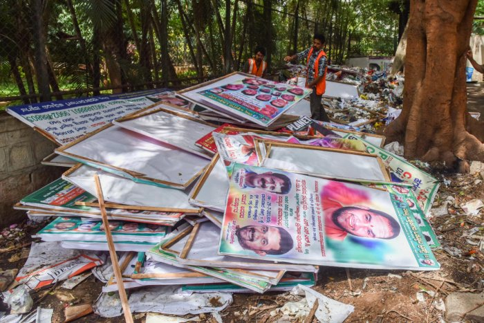 Removing flex are dumped in BBMP Joint Commissioner (west) office, Sampige Road, Malleshwara in Bengaluru on Thursday. Govindraj, CE, Ramesh TA, BBMP are seen. Photo by S K Dinesh