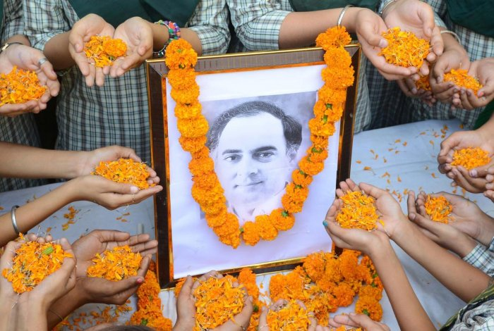 Indian school children pay their respects to former Indian Prime Minister Rajiv Gandhi on the 27th anniversary of his death, in Amritsar on May 21, 2018. Rajiv Gandhi was assassinated during electoral campaing, allegedly by Liberation Tigers of Tamil Eela