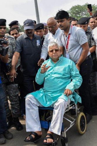 Patna: RJD chief Lalu Prasad Yadav leaves for a heart ailment treatment, in Patna on Monday, Aug 6, 2018. (PTI Photo) (PTI8_6_2018_000212B)