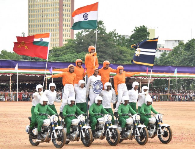 The Army Service Corps Tornadeos team performs a motorbike stunt during the Independence Day celebrations at the Field Marshal Manekshaw Parade Ground in Bengaluru on Wednesday. DH PHOTO/SRIKANTA SHARMA R