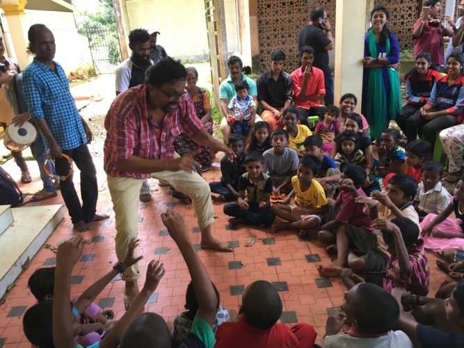 Actor Manu Jose performs for children at the flood relief camp in SB College, Changanassery, on Wednesday. DH Photo/R Krishnakumar