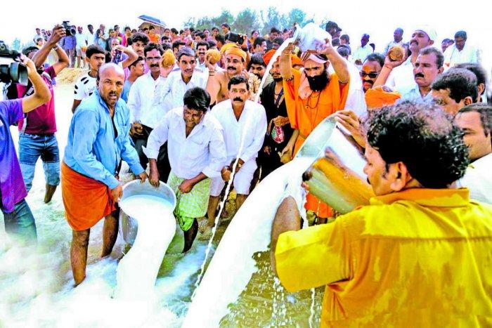 Fishermen along with Kadali Jogi Mutt Seer Raja Yogi Nirmalanatha Maharaj offer Samudra Puja, at Thannirbavi in Mangaluru on Sunday.