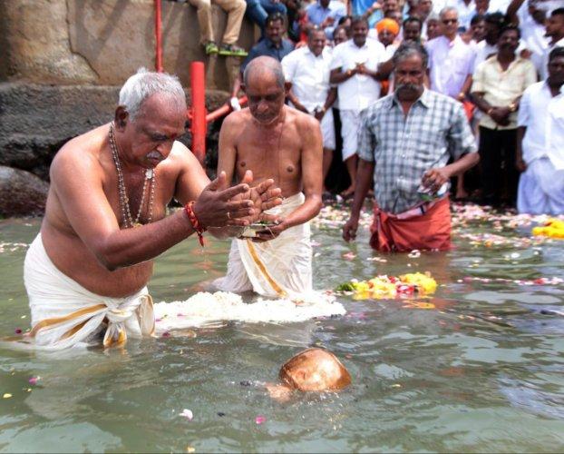 Union minister and BJP leader Pon Radhakrishnan immerses the ashes of former Prime Minister Atal Bihari Vajpayee in Bay of Bengal, in Kanyakumari on Sunday, Aug 26, 2018. (PTI Photo)