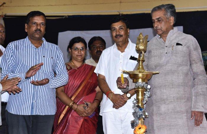 Legislative Council pro-tem chairman Basavaraj Horatti inaugurates academic workshop for social science teachers, in Hubballi on Monday. Raja Desai, and others look on.