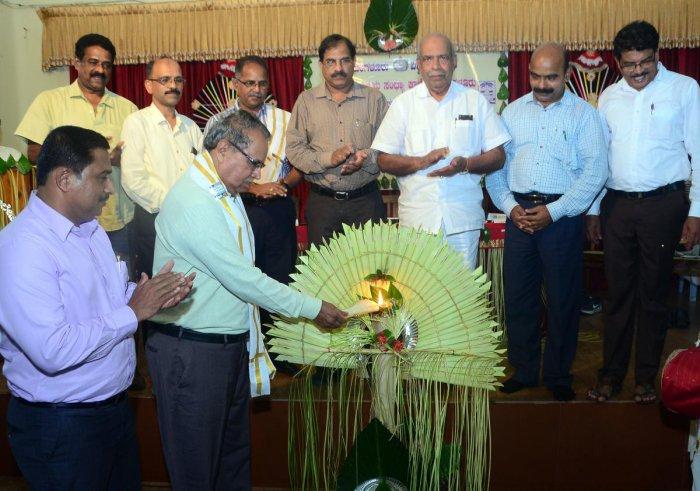 Kannada University, Hampi former Vice Chancellor Prof B A Vivek Rai formally inaugurates the post graduation course in University Evening College in Hampankatta, Mangaluru on Monday. Mangalore University in-charge Vice Chancellor Kishor Kumar C K, Univers