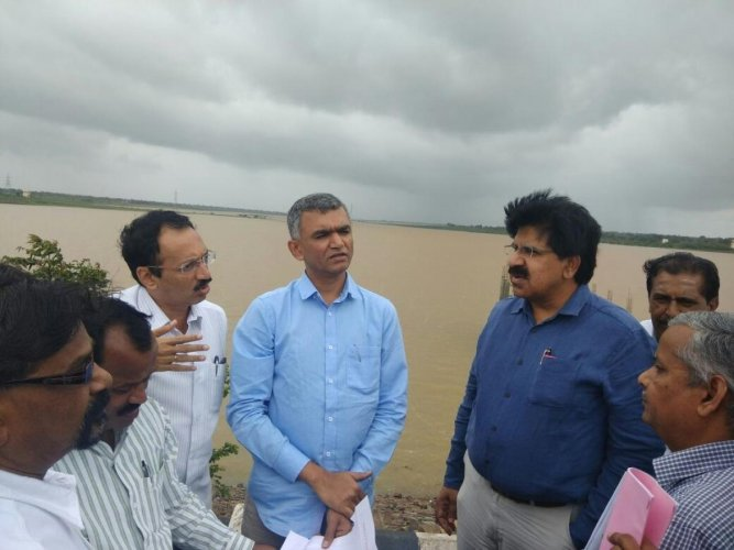 RDPR Minister Krishna Byre Gowda inspects water supply projects. (DH file photo)