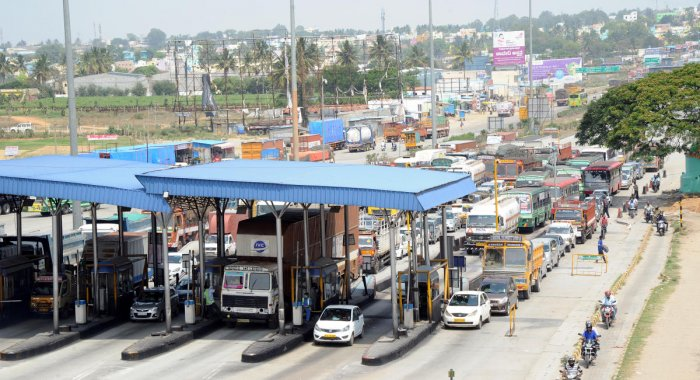 Vehicles queue up at the Attibele toll plaza near Hosur in Bengaluru. (DH Photo/Srikanta Sharma R)