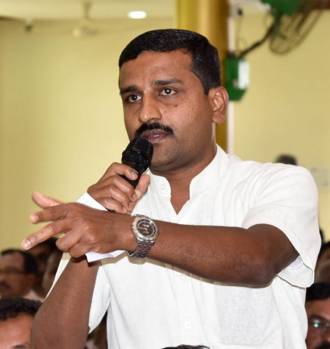 Members of the Navy Layout Welfare Association want the civic authorities and the local corporator to providean alternative road to their locality.