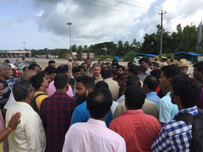 Members of Rashtriya Heddari Horata Samithi stage a protest against toll collection at Old MBC Road at Hejamady on Sunday. DH PHOTO