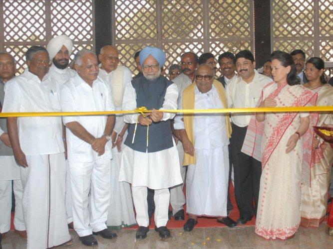 Prime Minister Manmohan Singh inaugurating the newly-constructed Secretarial Complex at Legislative Assembly in Chennai. UPA chairperson Sonia Gandhi, Tamilnadu Chief Minister M. Karunanidhi, Karnataka Chief Minister B S Yeddyurappa, Andhra Pradesh Chief