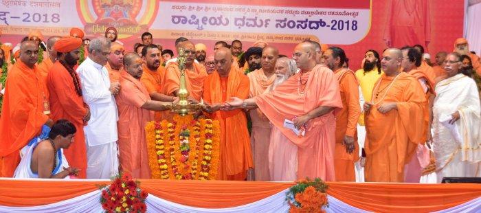 Brahmananda Saraswathi Swami and various seers inaugurate the Rashtriya Dharma Samsad 2018, at Sri Rama Kshetra Mahasamsthanam, Nityananda Nagar, in Dharmasthala on Monday. Dharmasthala Dharmadhikari Dr D Veerendra Heggade looks on.