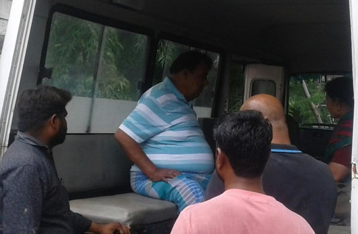 Kannada actor Doddanna being taken in an ambulance to the RTPS hospital in Shaktinagar on Tuesday. DH Photo