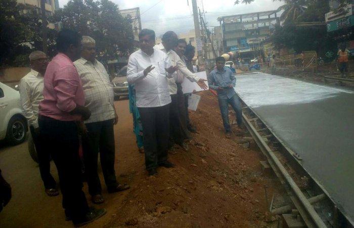 MLA Jagadish Shettar inspects TenderSURE road development work near Shirur Park at Vidyanagar in Hubballi.