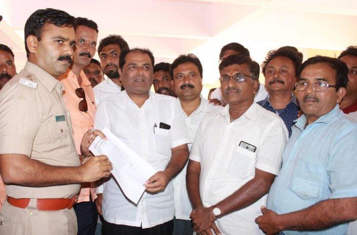 BJP leaders submit memorandum to DCP B S Nemagouda in Hubballi on Monday.