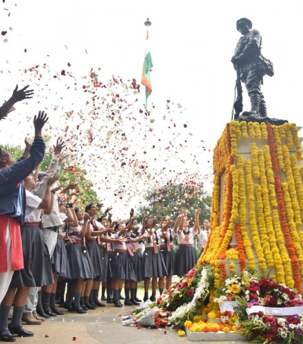 Schoolgirls pay floral tributes to soldiers who fought the Indo-Pak war of 1965 at the National Military Memorial in Bengaluru on Monday. DH PHOTO/Janardhan B K