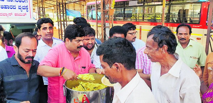 MLA D Vedavyas Kamath serving food to the needy at KSRTC bus stand in Bejai, Mangaluru on Monday.