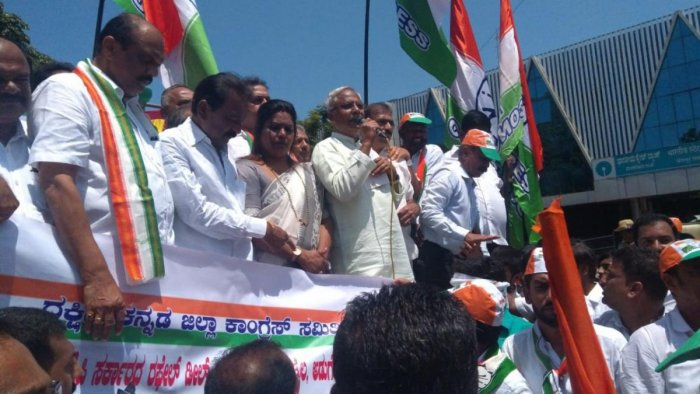 Congress leaders and party workers protest demanding probe into Rafale deal. DH photo