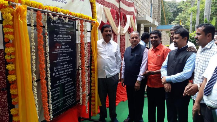 Agriculture Minister Shivashankar Reddy, Dr M S Nataraj, Vice Chancellor, University of Agricultural Sciences during the inauguration of Agriculture Engineering College at GKVK on Tuesday. DH Photo/Sandesh MS
