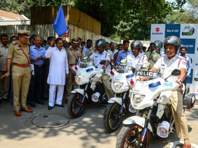 Traffic cops were presented Suzuki Gixxer bikes in the presence of Deputy Chief Minister G Parameshwara. DH Photo
