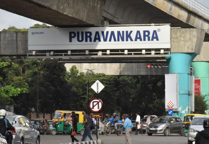 Cauvery Emporium junction, MG Road, is among the intersections that will get adaptive signals. DH FILE PHOTO