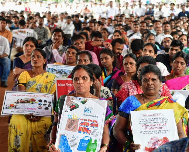 State Plastic Producers Association members stage protest against the banning of plastic bags in Bengaluru by BBMP. (DH Photo)