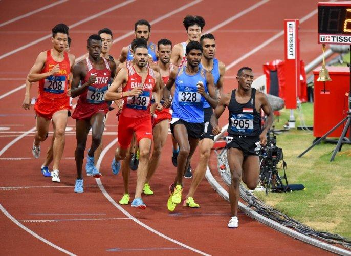 Jinson Johnson (328) tackles the Asian Games 1500M field.
