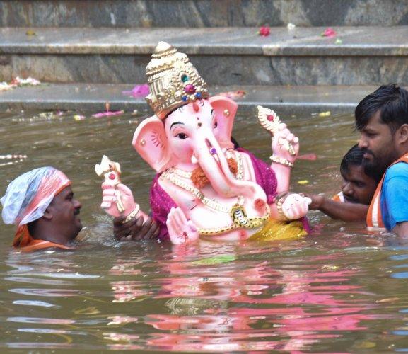 Devotees carry a Lord Ganesha for immersion during ' Ganesh Utsav' celebration, in Sankey Tank, in Bengaluru on Sunday. (DH Photo/ B H Shivakumar)