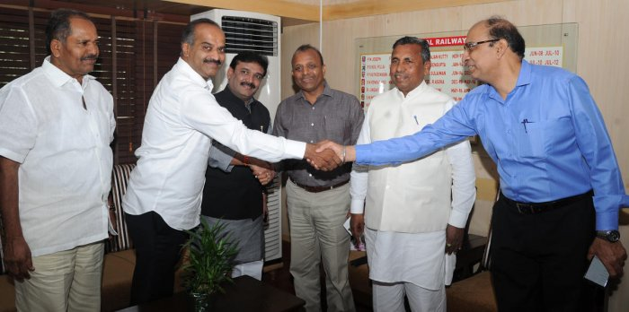 Bangalore Central MP, P C Mohan, greets R S Sexena, divisional railway manager, SWR, Bengaluru, on Tuesday. Also seen are Hindupur MP Kristappa Nimmala, South Western Railway General Manager A K Gupta and Kolar MP, K H Muniyappa. DH PHOTO/SRIKANTA SHARMA R