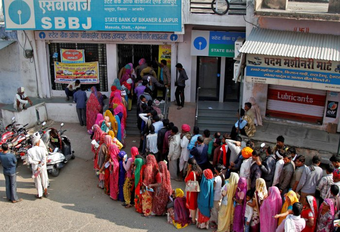 People queue outside a bank to exchange and deposit their old high denomination banknotes in Masuda village in the desert Indian state of Rajasthan, India, November 15, 2016. REUTERS/Himanshu Sharma