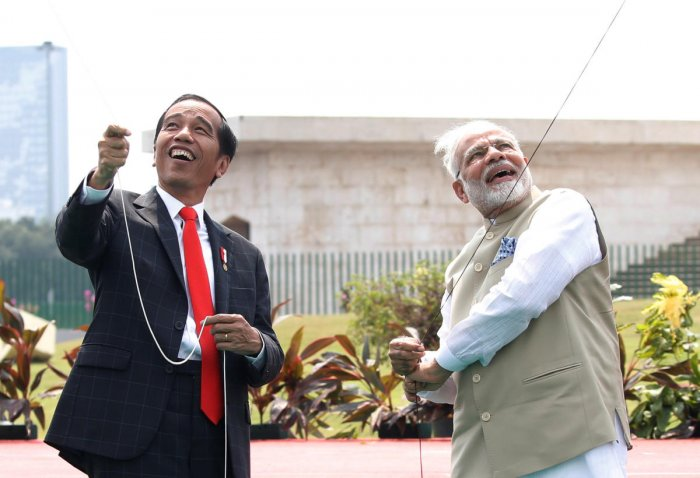 Indonesia President Joko Widodo and Indian Prime Minister Narendra Modi fly a kite at National Monument in Jakarta, Indonesia on Wednesday. (REUTERS/Beawiharta)