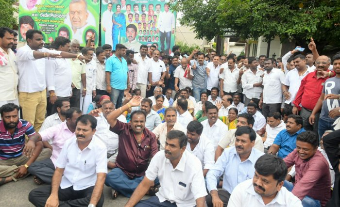 Supporters of Minister G T Deve Gowda stage a protest in Mysuru on Saturday. DH PHOTO