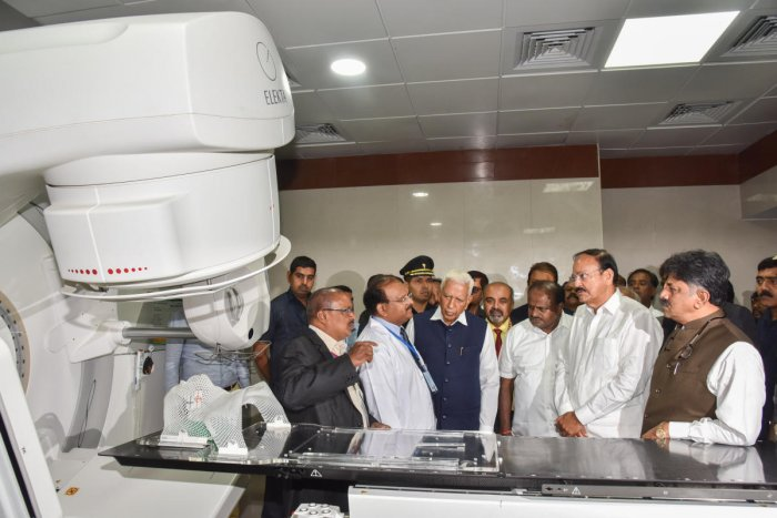 Vice president M Venkaiah Naidu inaugurates the state cancer institute block at the Kidwai Memorial Institute of Oncology in Bengaluru on Thursday. DH PHOTO/S K DINESH