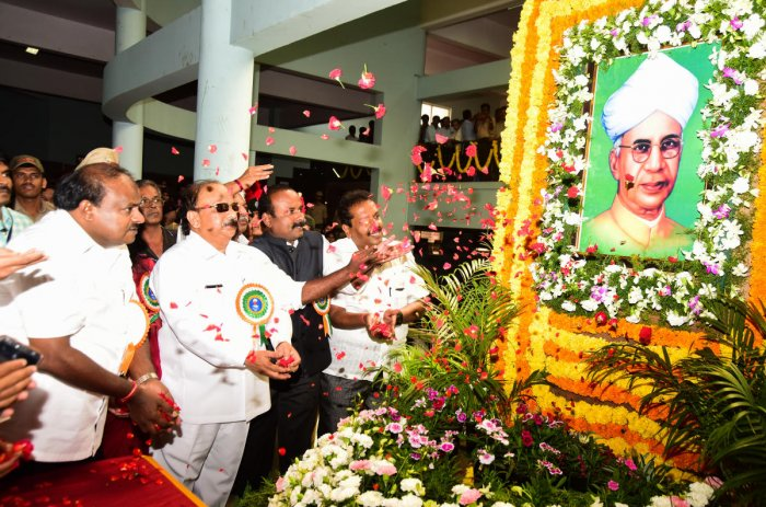 Chief Minister H D Kumaraswamy pays floral tributes to the portrait of former president Dr S Radhakrishnan, on the occasion of Teachers' Day at Central College in Bengaluru on Wednesday. Minister Roshan Baig and Mayor N Sampath Raj are seen. DH PHOTO