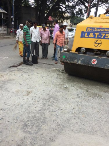 A road-roller used to to fix potholes at the intersection on Hosur Main Road added up to traffic chaos on Friday.