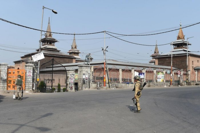 Indian paramilitary troopers patrol in front of the Jamia Masjid grand mosque on the second day of strikes called by Kashmiri separatists against attempts to revoke articles 35A and 370 in downtown Srinagar on August 6, 2018. AFP