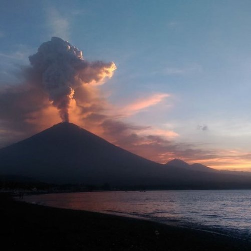 City Tourists Unfazed By Bali Volcano Eruptions Deccan Herald