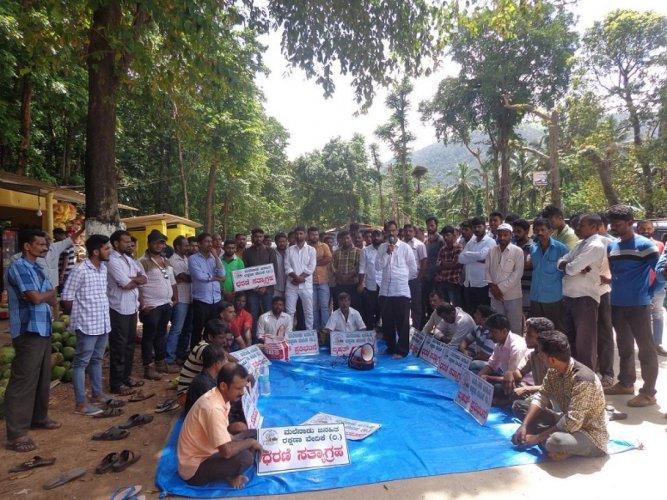 Malenadu Janahitha Rakshana Vedike Convener Kishore Shiradi speaks at a protest organised to demand the authorities to allow the movement of buses and six wheel lorries on Shiradi Ghat, at Gundya, on Saturday.