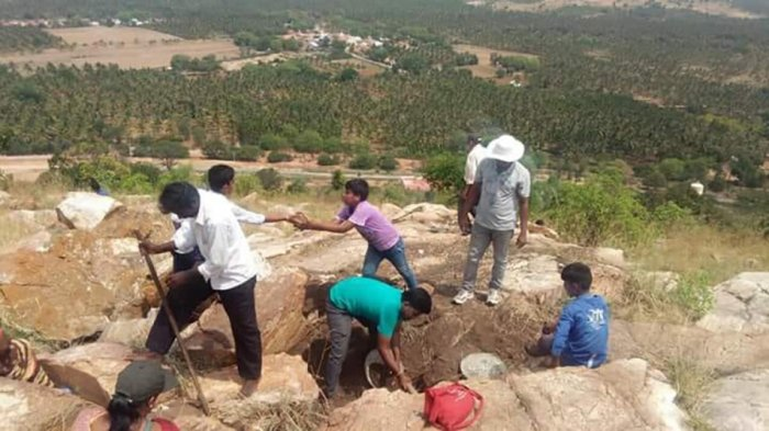 Citizens of Tumakuru constructing a water harvesting structure.