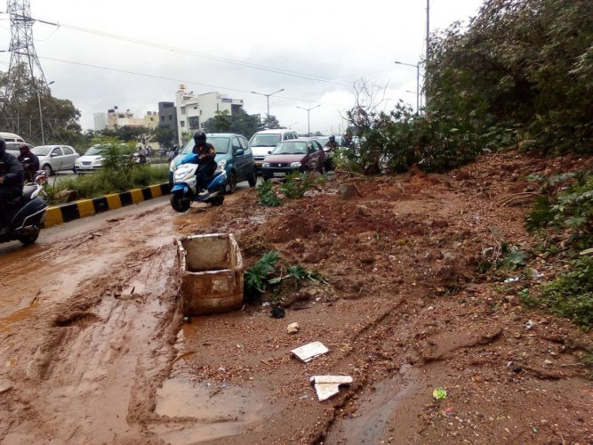 A minor landslide on the service road of the Outer Ring Road that leads to Mysore Road metro station from Nagarbhavi circle, due to heavy rain on wee hours of Monday. DH Photo