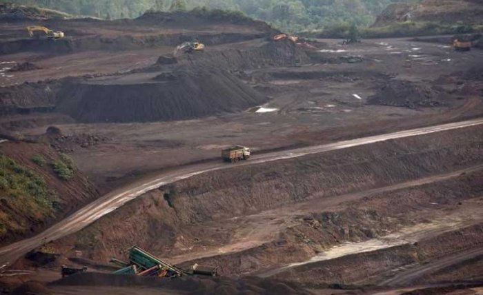 A truck loaded with iron ore passes through the Bedara Bhommanahalli (BBH) iron ore mines at Chitradurga in Karnataka November 9, 2012. (Reuters file photo)