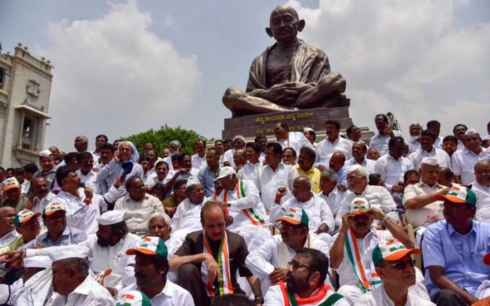 The Congress-JD(S) combine has a lot to worry because already two Congress MLAs - Anand Singh, elected from Vijayanagara and Pratapgouda Patil, elected from Maski - have become incommunicado. DH photo