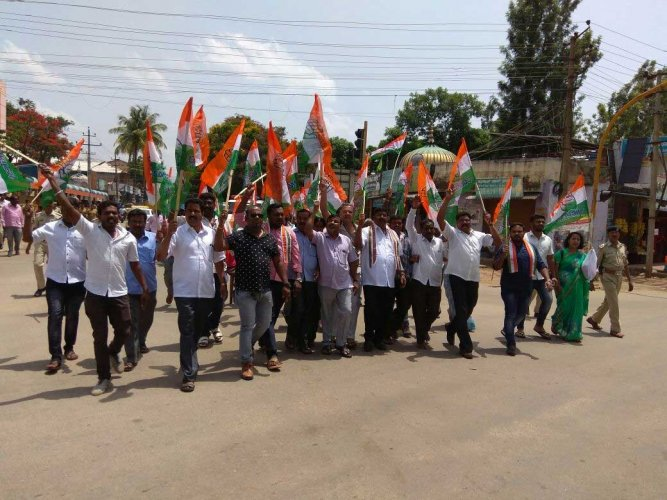 Congress party workers from Mangaluru City south and north blocks staged a protest against the inordinate delay in completing the national highway-66 (NH-66) widening work. This project includes the construction of Pumpwell and Thokkottu junction flyovers. DH file photo for representation only